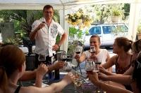 Marc bei der Weinprobe